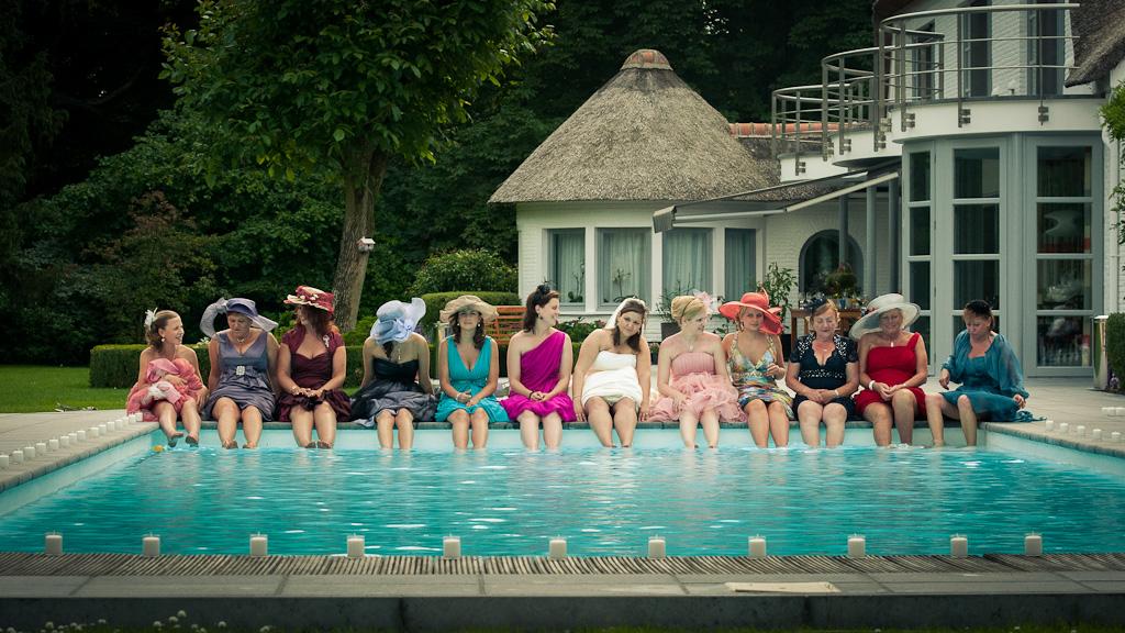 Relaxen aan het zwembad kan je doen op je trouwdag. Genieten moet je dan zeker. Nu nog even jullie trouwfotograaf vastleggen